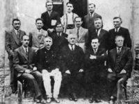 Consiliul şi Cenzorii Băncii Corpului Didactic Primar din judeţul Baia, în 1936.  De la stânga rândul I: D. Gherasim, V. Tomegea, preşedintele asociaţiei învăţătorilor, Ioan Zotta, preşedintele băncii, C. Doroftei, revizor şcolar, V. Jitaru, casierul băncii.  Rândul II: C. Cardeş, D. Balan, fost revizor şcolar (cenzor), C. Onofrei, subrevizor şcolar (cenzor), G. Sturzu, fost subrevizor şcolar (cenzor), V. Drăguşanu, subrevizor şcolar, Savel Manoliu, fost subrevizor şcolar  Rândul III: T. Radovici, D. Turculeţ, G. Curcă
