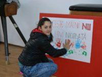 """Elevi ai CSEI """"Sf Andrei"""" au transmis mesaje antiviolenţă prin artă, sport sau jocuri"""