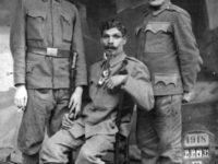 Trei pârtesteni, soldati în armata habsburgicã, în 1918. Soldatul sezând pe scaun este bunicul meu, Grigore, care a mers în razboi pâna la Marea Adriatica