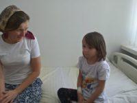 Ilenuca, o fetiţă din Poiana Micului, suferind de o boală gravă, este singura din judeţ ce a primit recomandare şi acceptul să efectueze un transplant de plămâni la Viena