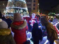 Moş Crăciun a împărţit copiilor 5.000 de cadouri