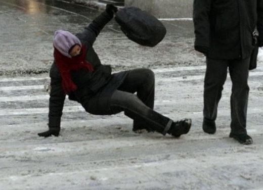 Zeci de suceveni au ajuns la Spitalul Judeţean după ce au alunecat pe gheaţă