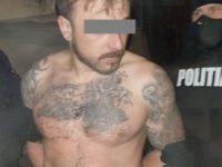 Bărbat încătuşat de poliţişti după ce şi-a folosit familia drept scut pentru a scăpa