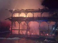 Flăcări uriaşe au transformat biserica din Suha în cenuşă