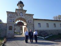 La M. Condriţa, împreună cu pr. prof.univ. dr. Vasile Nechita şi protopop Mihai Toma