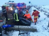 Şofer rămas încarcerat după ce s-a izbit cu maşina într-un cap de pod