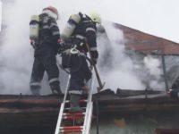Într-o oră, incendii la o firmă de prelucrare a lemnului din Marginea şi la o alta de dezmembrări auto din Rădăuţi
