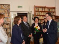 """Adjunctul şefului Misiunii SUA în România, Abigail Rupp, a inaugurat """"Raftul american"""" la Biblioteca Bucovinei"""