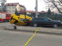 Taxi spulberat de un tir al cărui şofer nu s-a asigurat în depăşire