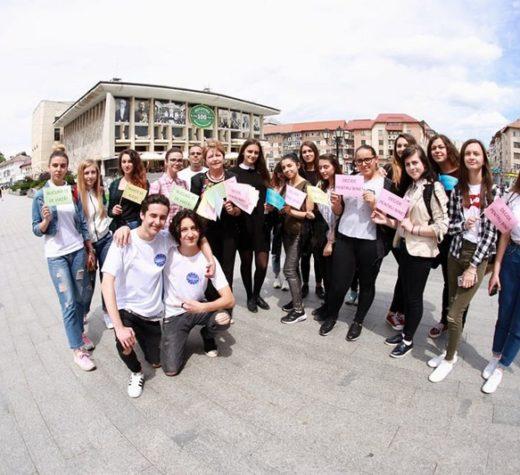 Peste 1000 de elevi, într-un marş împotriva violenţei, tutunului, alcoolului şi pentru prevenirea accidentelor rutiere