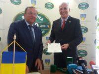 """Gheorghe Flutur a oferit ambasadorului Germaniei în România titlul """"Meritul Bucovinei"""""""