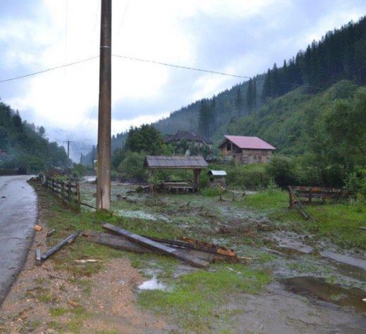 Case, anexe, grădini, podeţe şi fântâni afectate de ploi torenţiale