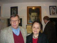"""Adrian Popescu împreună cu prof. Margareta Labiş la Casa Memorială """"Nicolae Labiş"""" din Mălini, în septembrie 2015"""