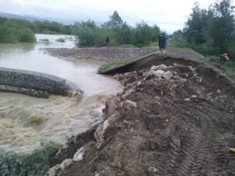 Numărătoare inversă pentru repararea digului distrus de viituri de la alimentarea cu apă a municipiului Suceava