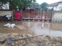 Peste 14.500 de consumatori fără curent electric, zece curţi inundate şi două anexe gospodăreşti mistuite de flăcări
