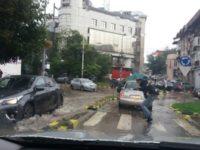 Străzi inundate după o ploaie torenţială şi trafic rutier îngreunat din cauză că mai multe semafoare nu funcţionau