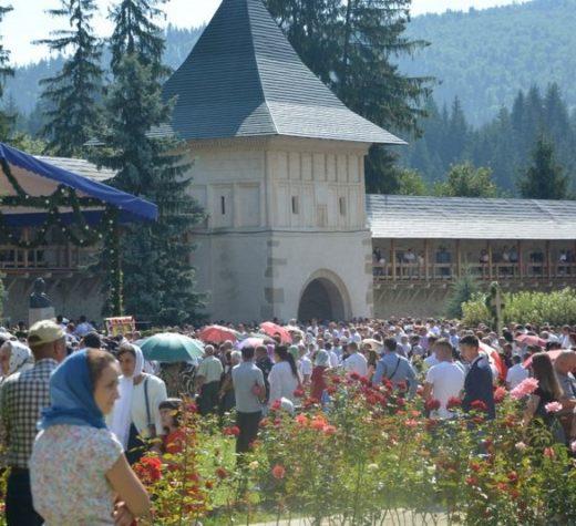 Zeci de mii de persoane au venit la Putna