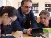 """Elevii de la Şcoala Gimnazială """"Samson Bodnărescu"""" Gălăneşti învaţă matematică şi informatică în laboratorul digital"""