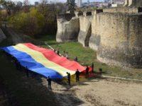 Un drapel naţional uriaş desfăşurat la Cetatea de Scaun şi în centrul Sucevei