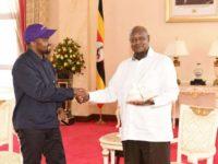 Kanye West i-a dăruit o pereche de pantofi de sport preşedintelui Ugandei