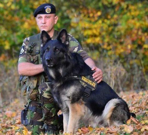 Om şi câine, patrulând pe muchiile ţării