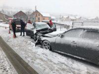 O persoană a fost rănită în urma unei coliziuni între două autovehicule