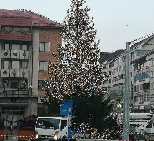 Pomul de Crăciun a fost instalat în centrul Sucevei