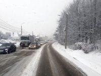 Coloane de zeci de maşini pe DN 17 din cauza zăpezii abundente