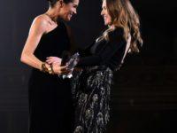 Clare Waight Keller, desemnată cel mai bun stilist britanic şi premiată de Meghan Markle