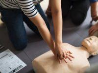 Peste 5.000 de elevi vor învăţa să acorde primul ajutor, împreună cu Fundaţia Egger şi Crucea Roşie