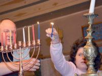 Cea de a treia lumânare a Hanukiei a fost aprinsă marţi seara, la Sinagoga Gah din Suceava