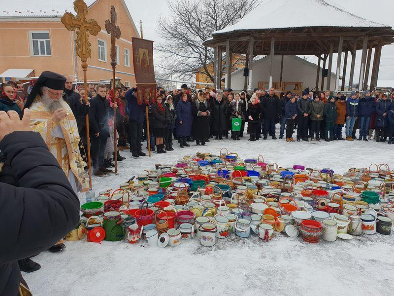 Părinţi de la Mănăstirea Putna au mers cu Botezul în satele româneşti din nordul Bucovinei