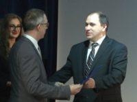 Olivier Bouriaud primind o distincţie din partea prorectorului USV Mihai Dimian