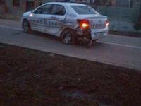 Un adolescent din Rădăuţi a reuşit să fugă după ce a acroşat un vehicul şi a tamponat o maşină a Poliţiei, rănind uşor un poliţist