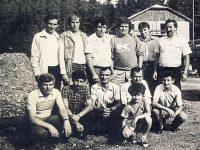 """Un grup de mineri în vârful puzdrei la un meci de campionat mondial.  Jos, pe """"extreme"""", maiştrii Trifan P. şi Ciolan Vasile"""