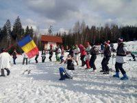 Sezonul de iarnă la Vatra Dornei, încheiat cu horă şi paradă a portului tradiţional, pe schiuri