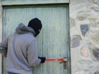 Doi hoţi, care au dat mai multe spargeri în locuinţe din Suceava, furând bani şi bijuterii de circa 300.000 de lei, arestaţi preventive