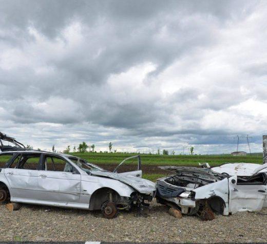 Hoţii au furat roţile maşinilor folosite ca decor pe primul metru de autostradă din Moldova