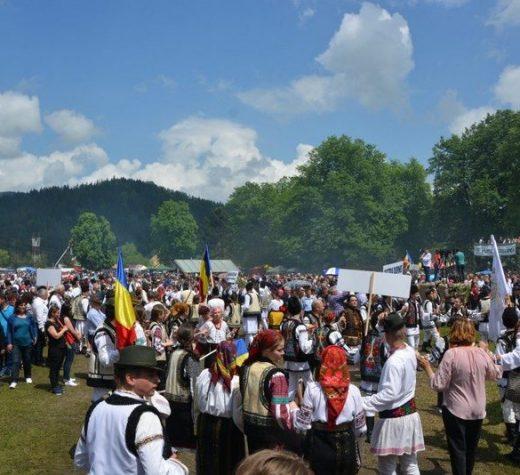 Zeci de mii de participanţi la Hora Bucovinei de la Bucşoaia