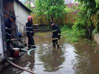 Un subsol şi o curte din Vatra Dornei, inundate de fiecare dată când plouă