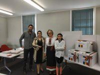 Suceveni îmbrăcaţi în costum popular bucovinean au votat la alegerile europarlamentare şi la referendum în Noua Zeelandă