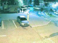 Imaginile în care trei tineri au fost surprinşi vandalizând coşuri de gunoi, făcute publice