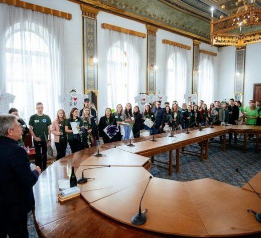 """Absolvenţii promoţiei 2019 a Colegiului """"Alexandru cel Bun"""" din Gura Humorului au primit din partea primarului certificatul de tânăr cetăţean al oraşului"""