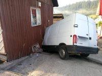 A adormit la volan şi s-a înfipt cu microbuzul în peretele unei case