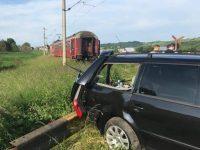 Autoturism acroşat de trenul Cacica-Suceava în localitatea Comăneşti