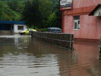 Străzi inundate şi trafic îngreunat în municipiul Suceava