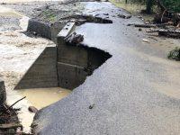 Drum comunal din Ostra, construit în urmă cu cinci ani cu fonduri europene, avariat de ploile recente