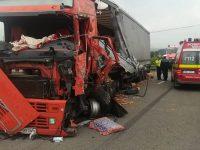 Coliziune dintre un tir şi un camion la Poiana Stampei