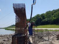 Lucrările la noul pod peste râul Suceava avansează în ritm alert