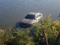 Un BMW scăpat de sub control a plonjat în iazul Şomuz